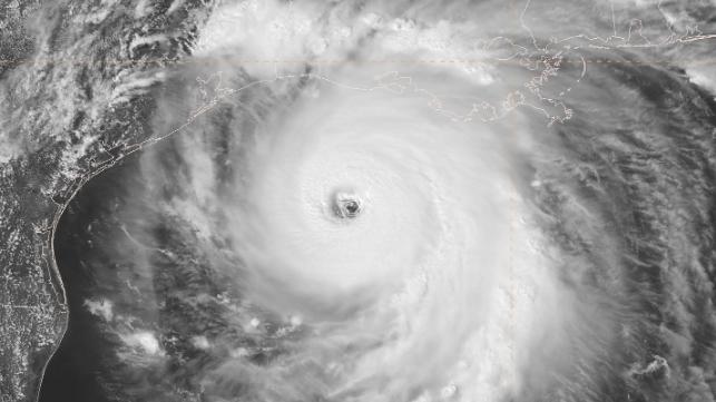 El huracán Laura se acerca a tocar tierra, provocando una marejada ciclónica «insuperable»