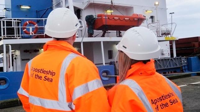 La organización benéfica de los marinos ayuda a la tripulación cuyo barco va a la deriva