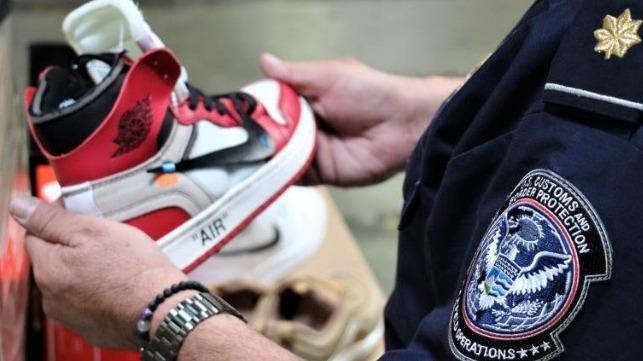 CBP incauta zapatillas falsas por valor de 2,2 millones de dólares en los puertos de la bahía de San Pedro