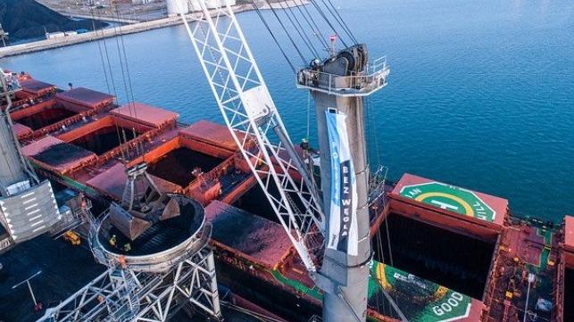 Greenpeace bloquea dos veces la entrega de carbón en el puerto de Gdansk