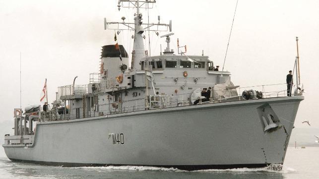 Buque cajón fletado por Maersk corta a la mitad el dragaminas griego