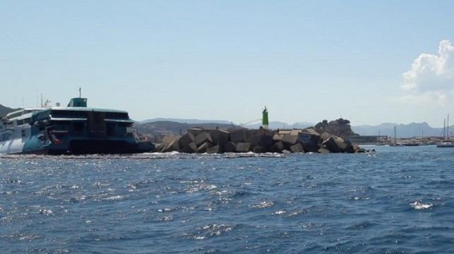 Fast Ferry opera en tierra en el puerto de Denia, España