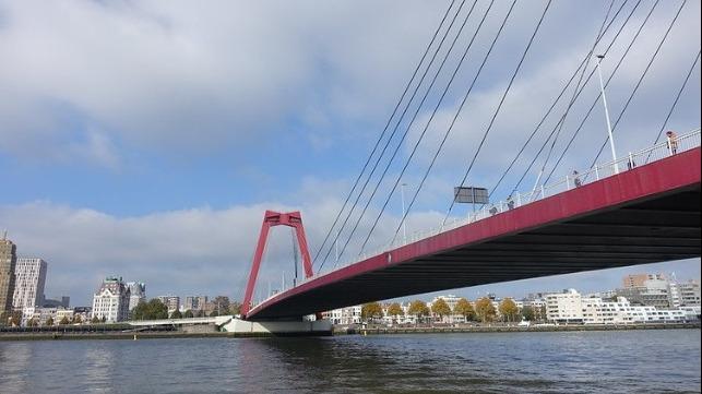 Barcaza de contenedores ataca puente en Rotterdam