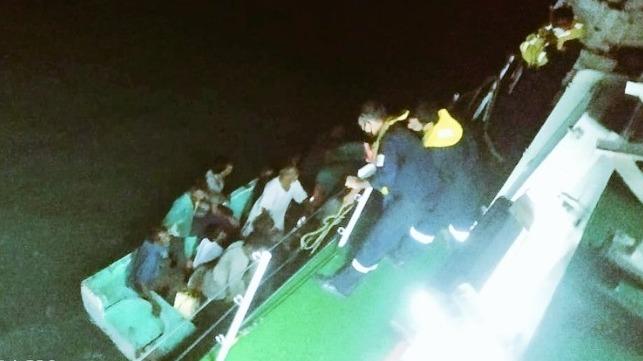 La Guardia Costera India rescata a 12 de un dhow que se hunde