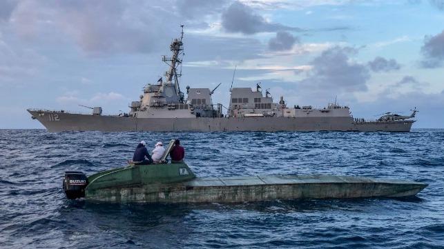 Destructor de la Armada de los EE. UU. Ayuda a la interdicción de barcos narcotraficantes