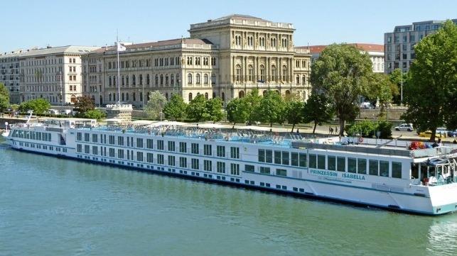 Crucero fluvial choca con carguero en el Danubio