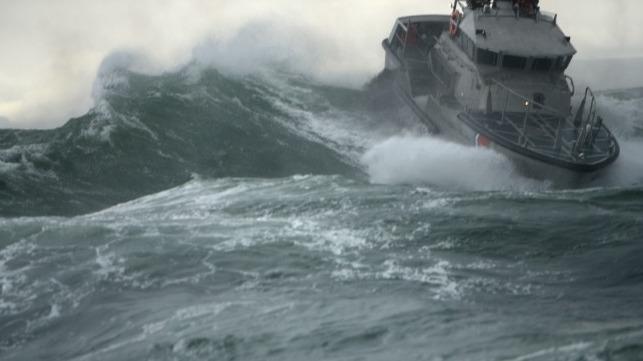 Marinero rescatado de un barco discapacitado frente a la barra del río Columbia