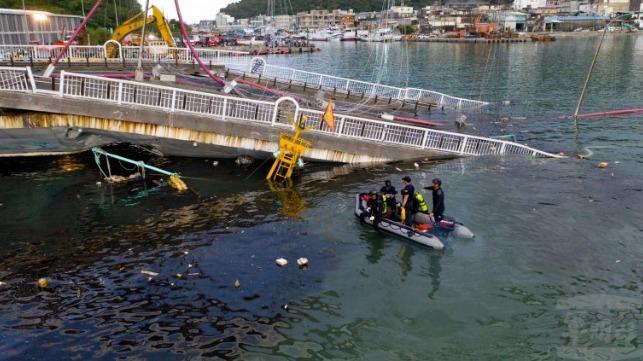 El colapso del puente atrapa a los pescadores en el puerto taiwanés